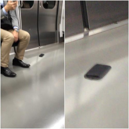 なんかiPhoneみたいな物が落ちてるなあと思ったけどよく見るとショルダーバックの肩パッドでした