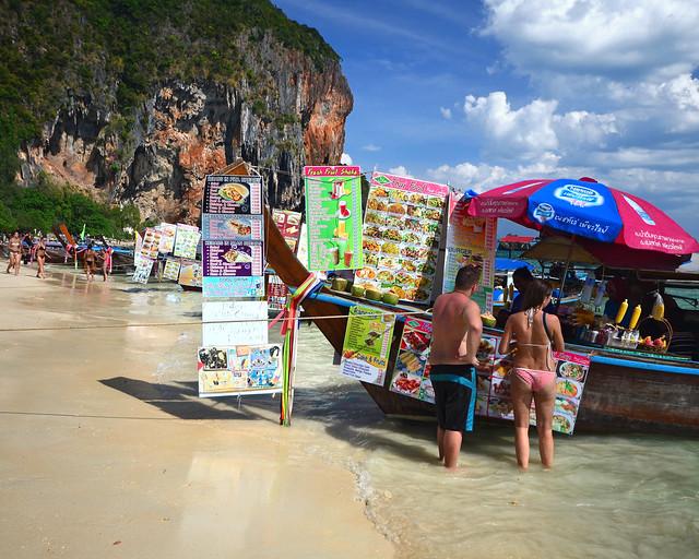 Puestecillo flotante en una de las playas de Tailandia