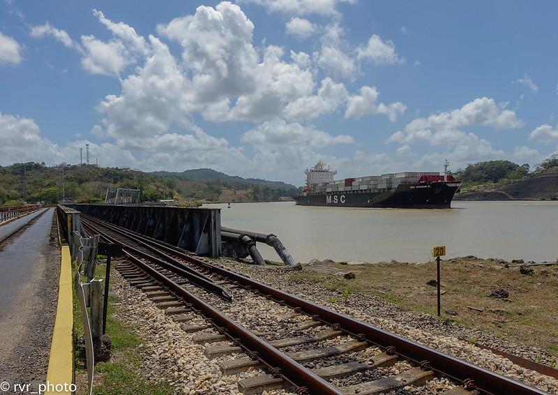 Carretera paralela al Canal de Panamá en Gamboa