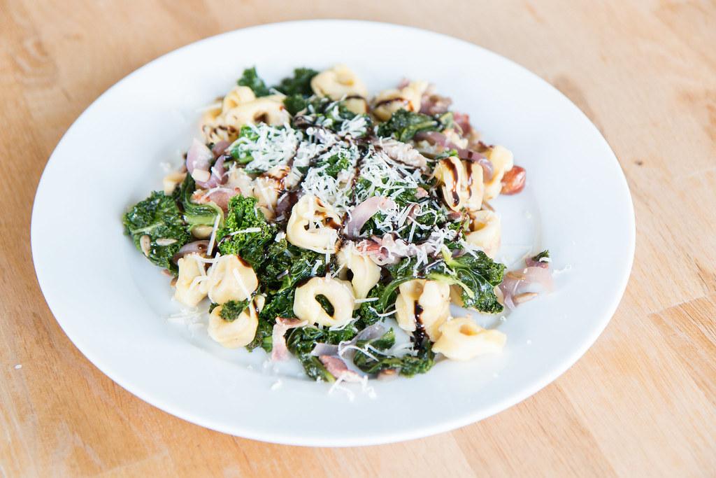 Tortellini med grönkål och bacon