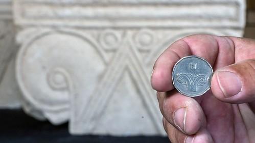 Israeli five-shekel coin showing column capital