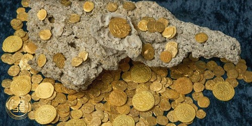 pile of gold shipwreck coins