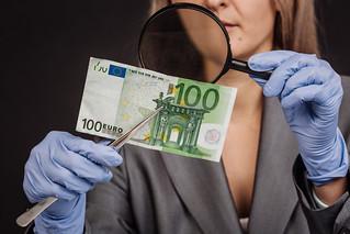 Examining a Fake-Euro-Banknote