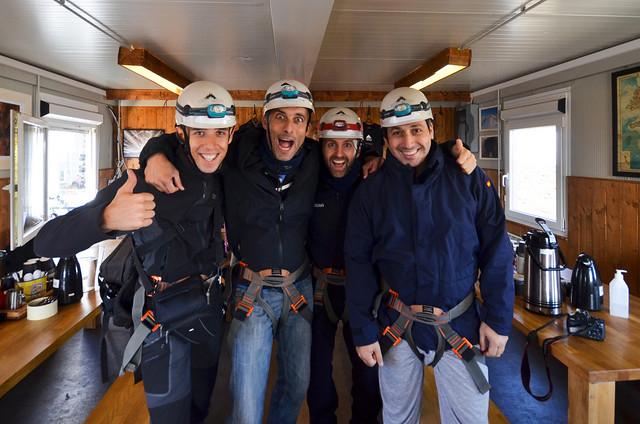 Los 4 vestidos con el equipo de cascos y arneses para entrar al volcán Thrihnukagigur de Islandia