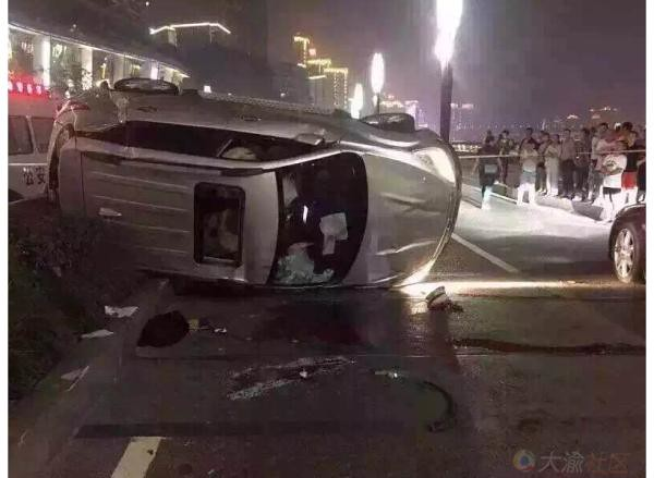 Chongqing, SUV rollover crash Maserati, the co-pilot killed not wearing seat belts were thrown