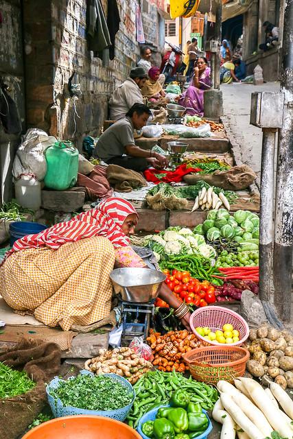 Vegetable market in old city, Jodhpur, India ジョードプル バザールの路上野菜売り