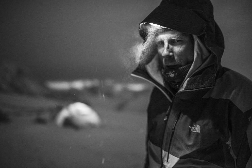 O Conrad Anker ένα κρύο απόγευμα στο basecamp