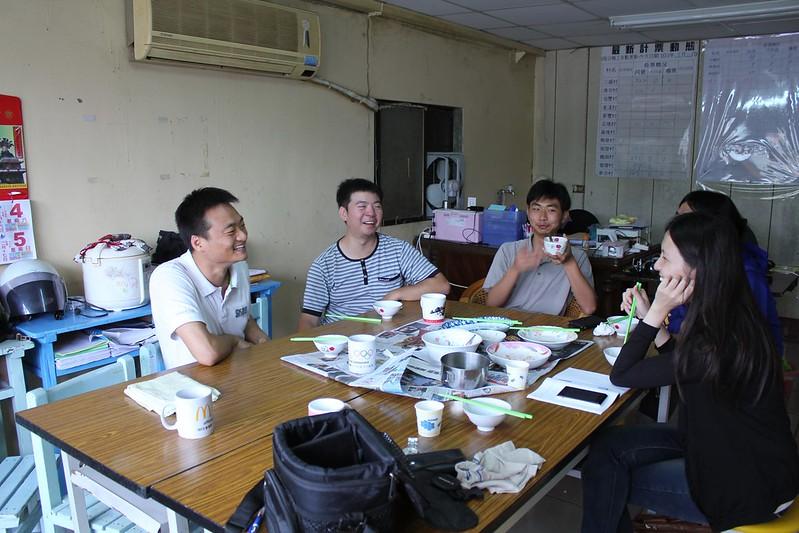 採訪這天,電子報團隊吳松霖(左一)、王俊凱(左二)、江尚謙(左三),邀請我們在工作室一同午餐。圖片來源:公民行動影音紀錄資料庫