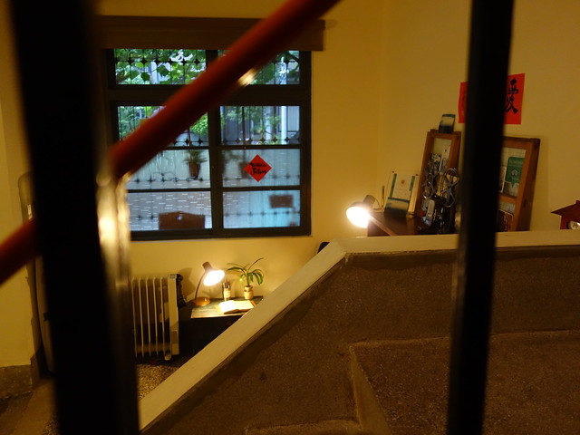 壓花玻璃透進窗外微光,磨石子地板溫潤有復古質感 @花蓮小晴天旅宿