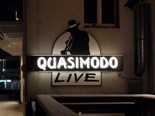 Schild des Jazzclubs Quasimodo in Berlin bei nacht