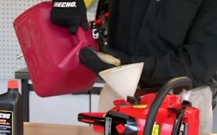 how to lubricate a chainsaw