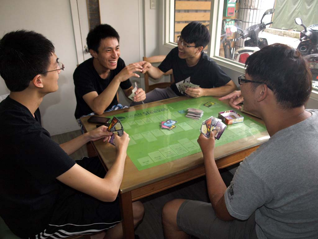 店內客人們享受桌遊樂趣