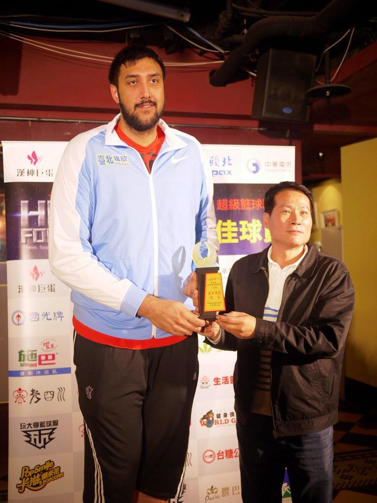 布拉獲得月MVP,達欣總教練邱大宗(右)頒獎。(倪芝蓉/攝)