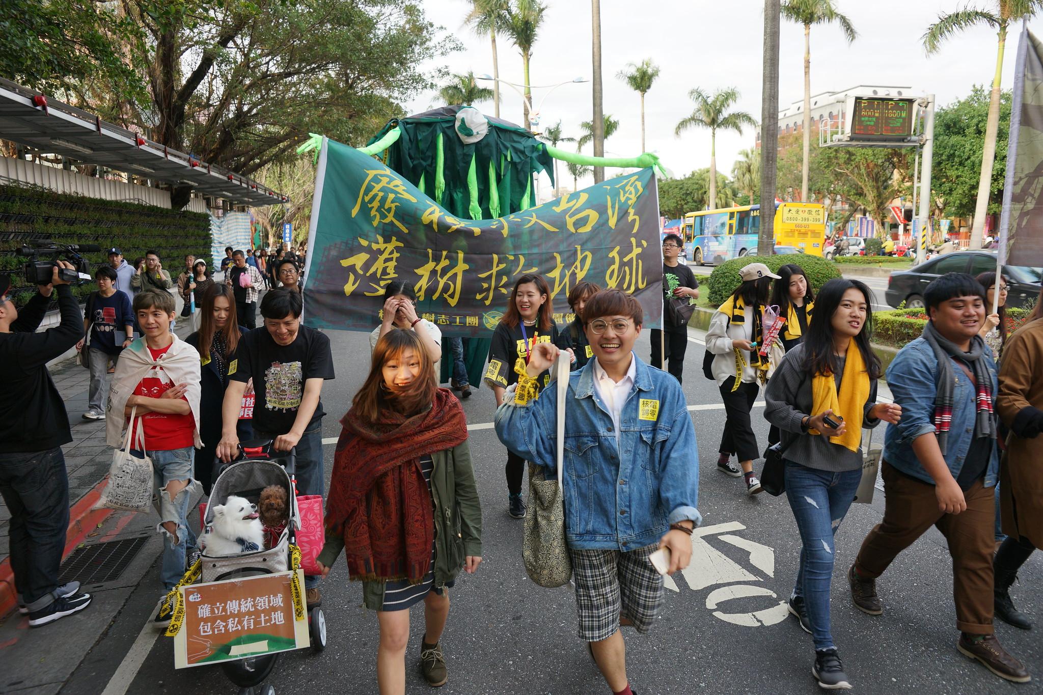 千人參與台北場反核遊行。(攝影:王顥中)
