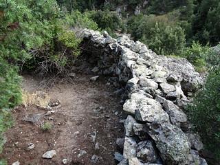 L'enclos-murets perché au-dessus des bergeries de l'Ancinu