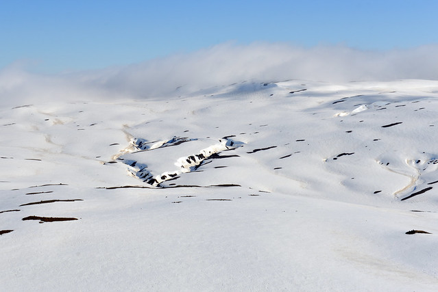 Maravillosa colina repleta de nieve en Islandia