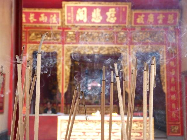 Incienso en un templo chino del Chinatown de Bangkok (Tailandia)