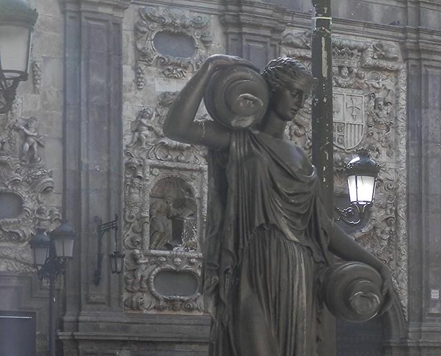 Aguadora y lámpara