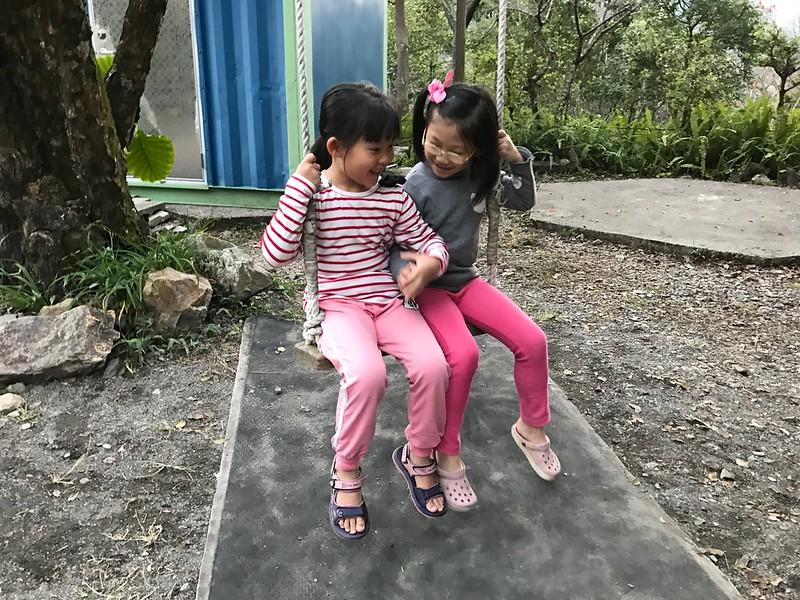 寶妹和妹妹一起盪秋千