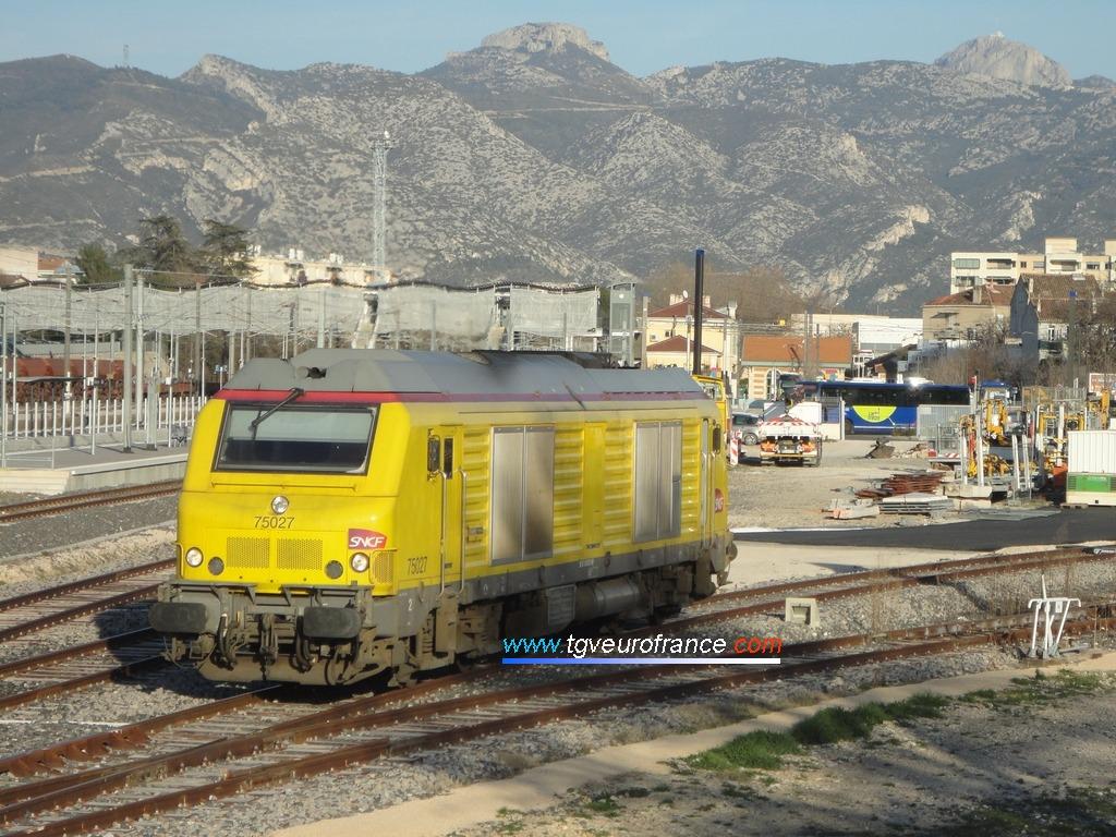 Une locomotive Diesel BB 75000 Alstom-Siemens en livrée SNCF Réseau à Aubagne-en-Provence