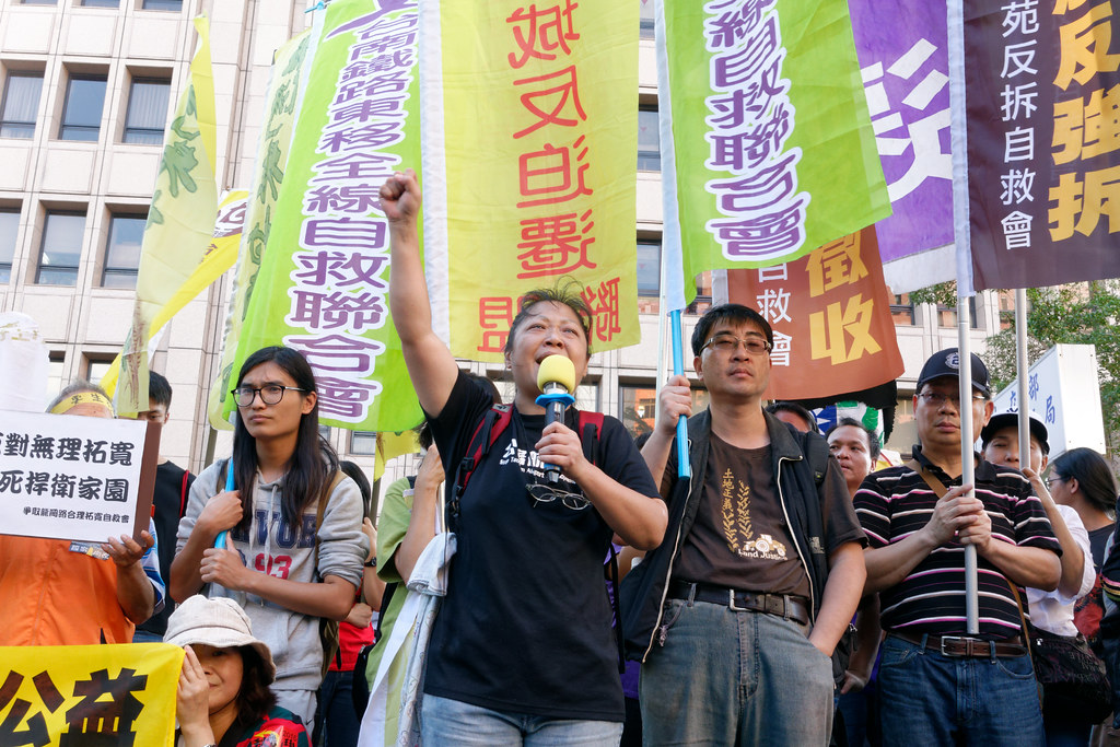 來自各地反徵收/迫遷的團體,在內政部前沉痛抗議藍綠皆漠視人民的居住/財產權。(攝影:林佳禾)