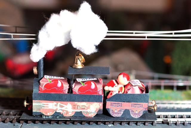 """Auch in diesem Jahr um die Weihnachtszeit wieder unterwegs: der Schnapsdrossel-Express. Die dampfende Christkindl-Sonderfahrt wurde vor einigen Jahren von den Dampfeisenbahnfreunden Putzingen ins Leben gerufen und ist inzwischen bei Jung und Alt so beliebt, dass die Tickets in nur wenigen Stunden ausverkauft waren. Zum Programm gehören mehrere Fotohalte mit Scheinanfahrten, Bescherung und jede Menge """"geistiger"""" Getränke (für die Kinder gibt's Limonade"""") ... Prosit. Foto: Brigitte Stolle 2016"""