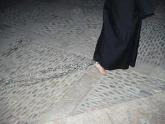 No queremos sugerir que lo vemos como una carga, pero esta persona lleva cadenas.