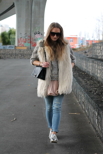 fake-fur-vest-whole-look-walking-wiebkembg