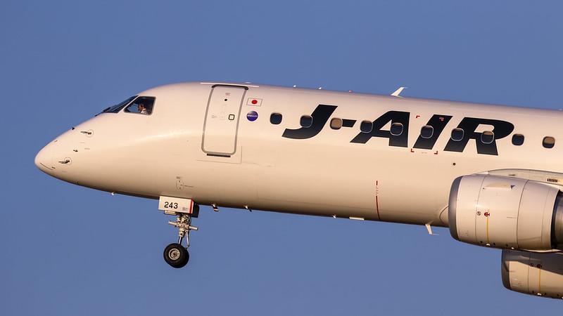 JA243J J-AIR ジェイ・エア Embraer  ERJ-190