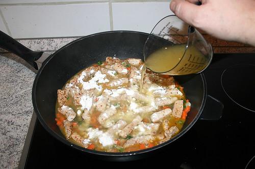 33 - Gemüsebrühe dazu geben / Add vegetable broth