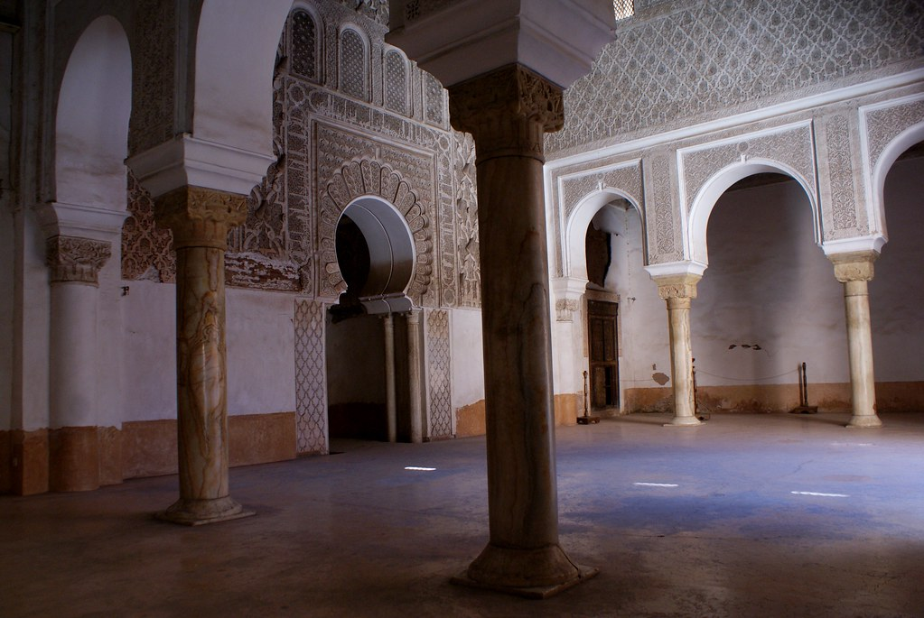 Salle de prière de la medersa Ben Youssef à Marrakech.