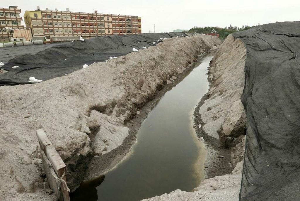台中清水海濱里農地灌溉水路遭到不法回填底渣阻斷。圖片提供:黃煥彰