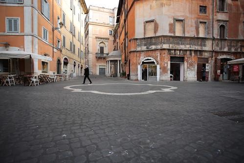 Perimetro della fontana, piazza delle cinque scole