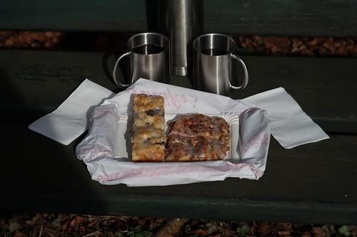 Mohnstrietzel und Walnussplunder zum heißen Tee (Rast bei der Eröffnung der diesjährigen Motorrad-Saison auf einer Bank bei Sudenfeld)
