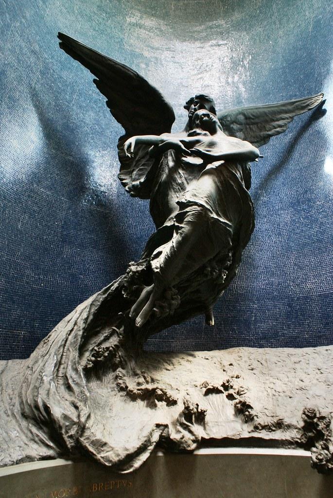 Une des magnifiques sculptures du cimetière de la Certosa à Bologne.