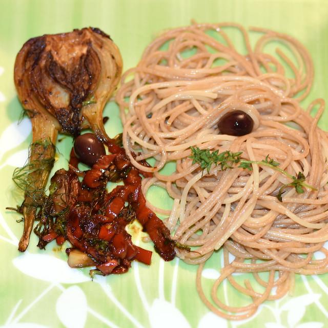 Vegan, vegetarisch ... Gemüse ... Geschmorter Fenchel mit pikantem Paprikasugo und Knoblauch-Spaghetti olio ed aglio ... Foto: Brigitte Stolle 2018