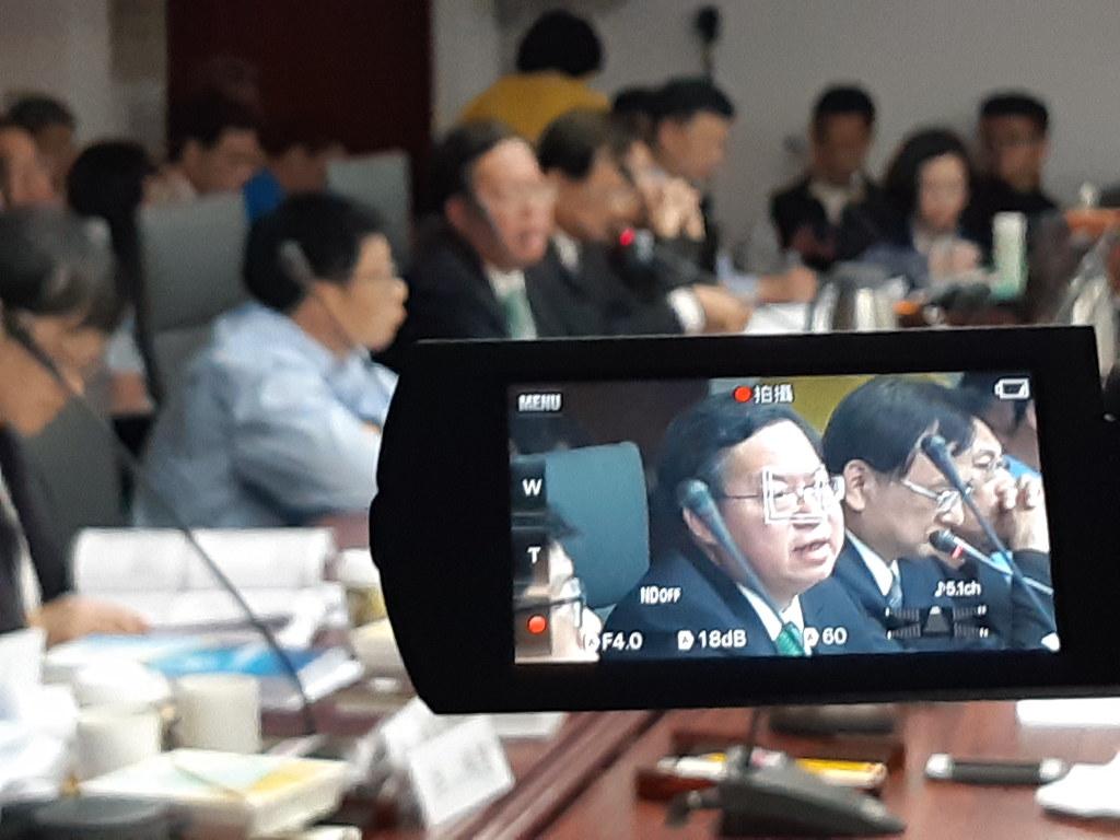 桃園市長鄭文燦親自出席都委會,桃園航空城案最後也如其所願審議通過。(攝影:張智琦)
