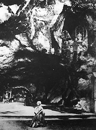 Santa Berdardete en la gruta de Lourdes