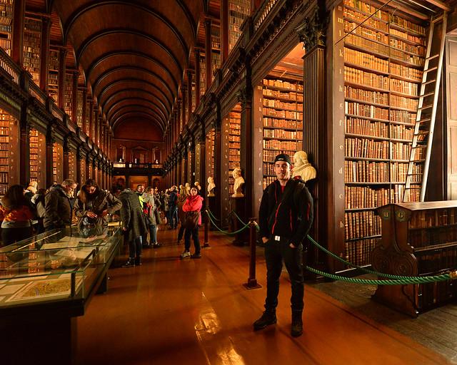 Diario de un Mentiroso en el interior de la biblioteca de la universidad Trinity College de Dublín