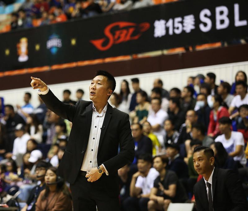 富邦勇士總教練許晉哲對於裁判的判決感到相當不滿。(籃協提供)