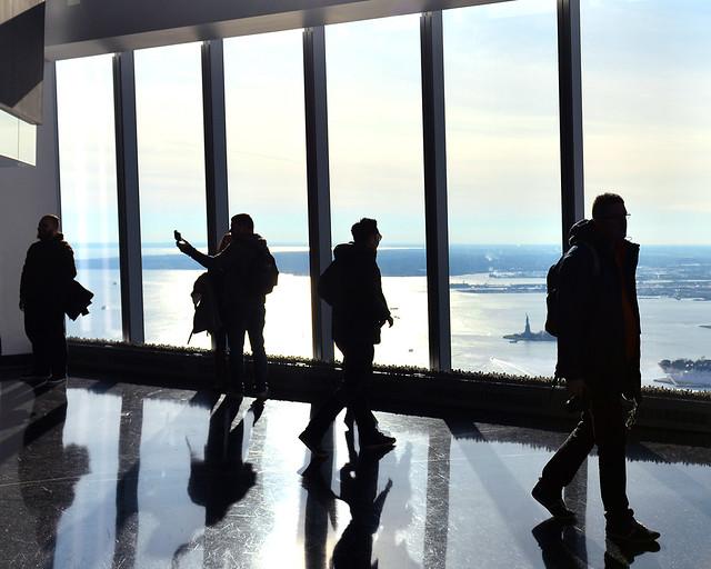 Caminando frente a las ventanas del One World de Nueva York