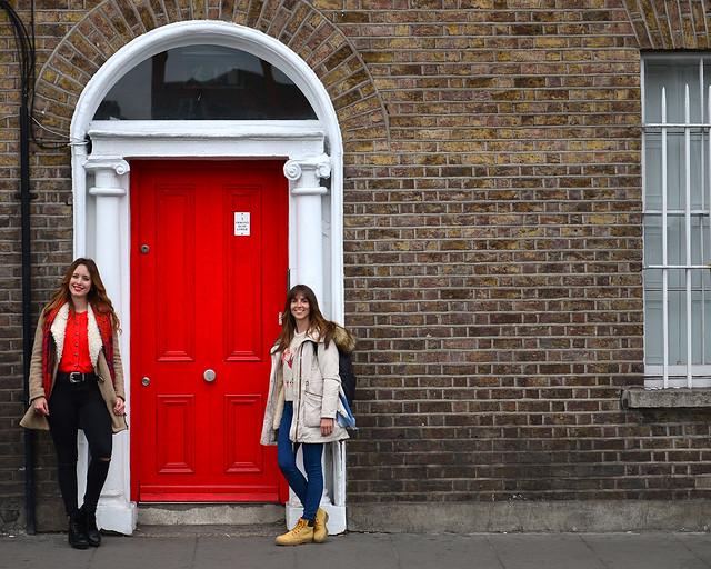 Frente a una puerta roja en Dublín
