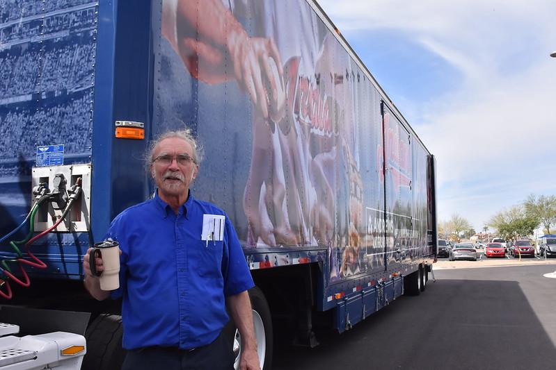 卡車司機 Steve第一次開球隊的春訓卡車。(作者提供)
