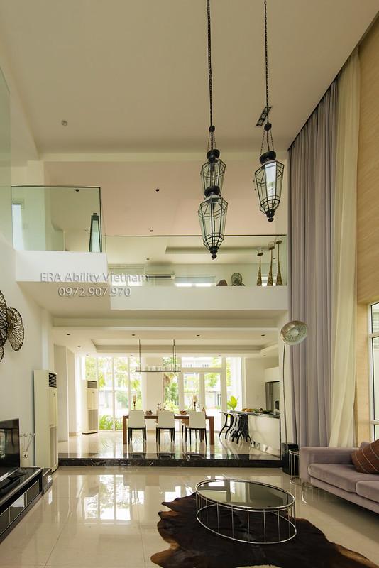 Phòng khách nhà mẫu Villa Park trần cao 6m