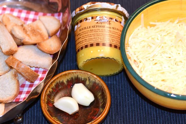 Zutaten für Fischsuppe (soupe de poisson) aus Sète: Rouille sétoise, Brotcroûtons, Knoblauch, geriebener Käse ... Foto: Brigitte Stolle