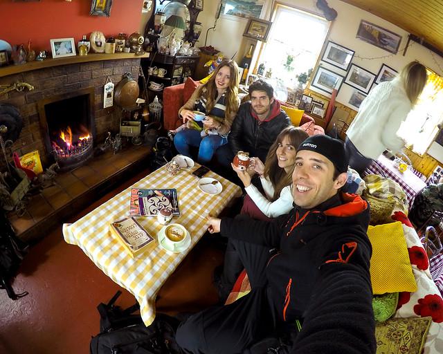 Frente al castillo de Dunluce en el interior de una preciosa cafetería