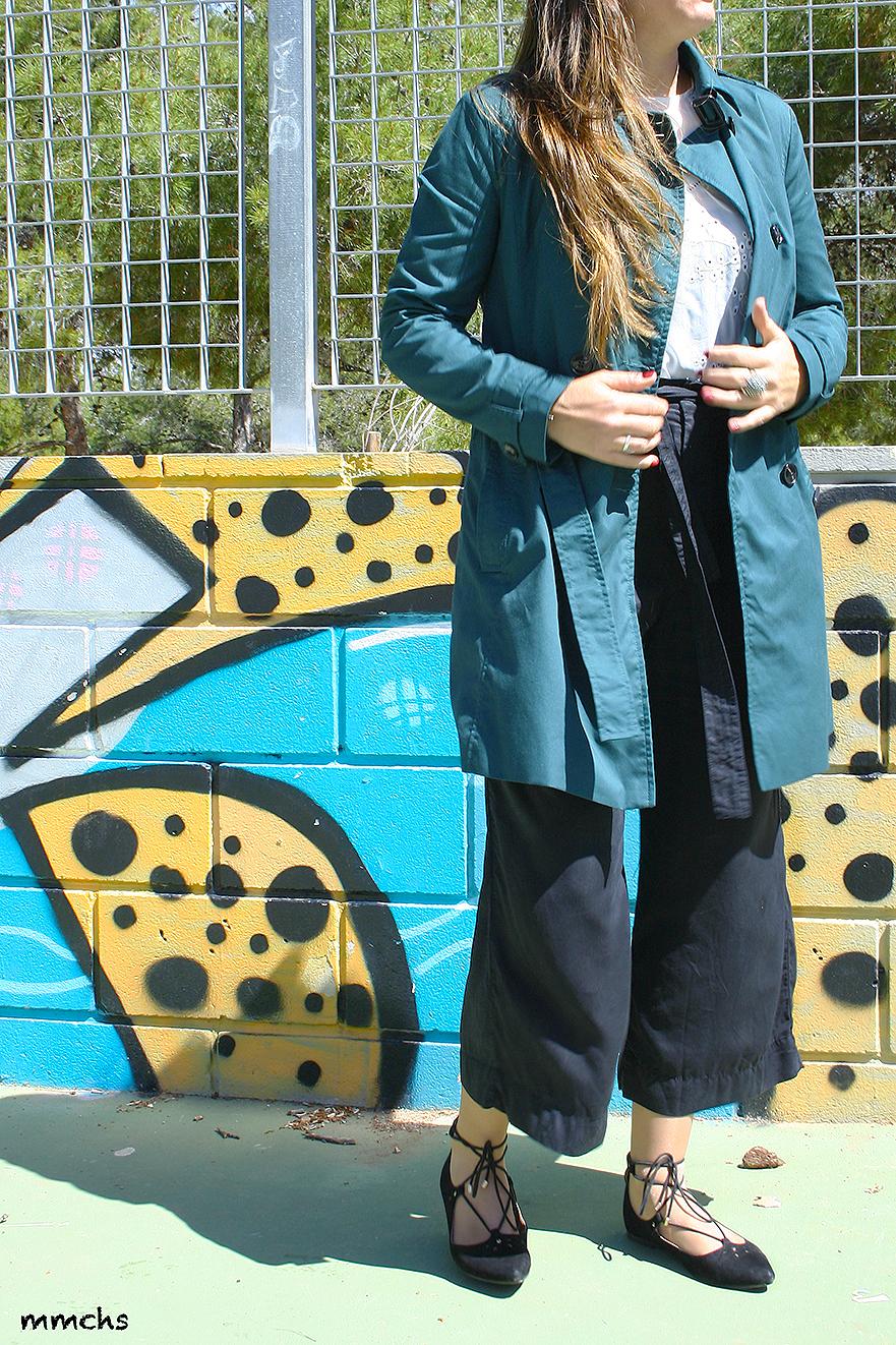 pantalón culotte negro y trench verde