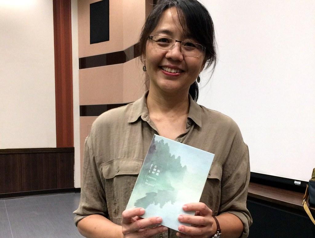 自然作家暨野地錄音師范欽慧與新作《在湖畔傾聽》。攝影:郭叡。