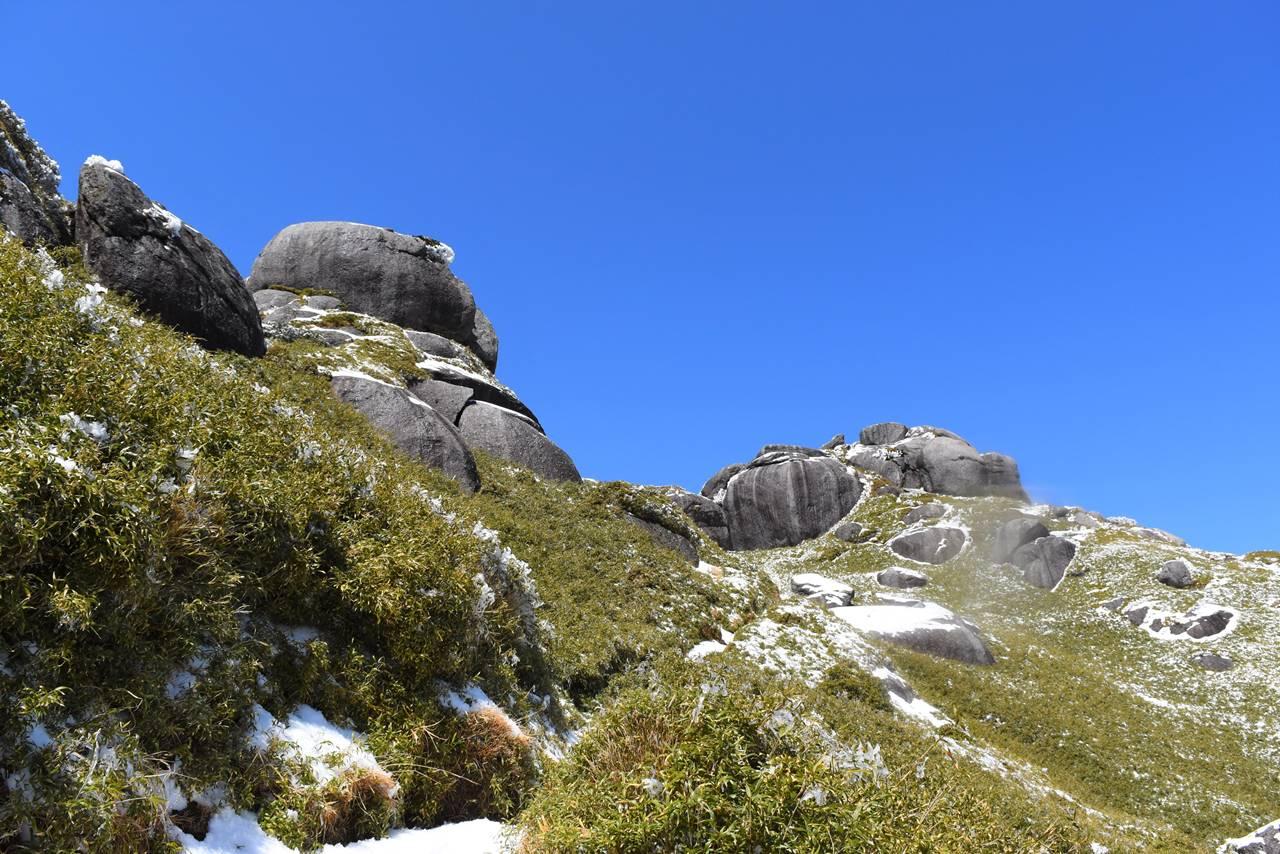 永田岳山頂の巨岩