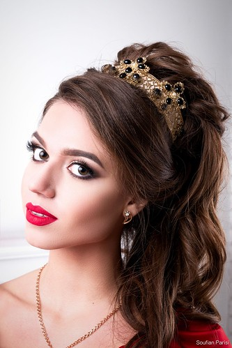 Elegant woman with chic make-up and hairdo with a crown on his head | by Photographe wedding